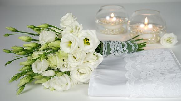 kleiner Brautstrauß aus weißen Lisianthus