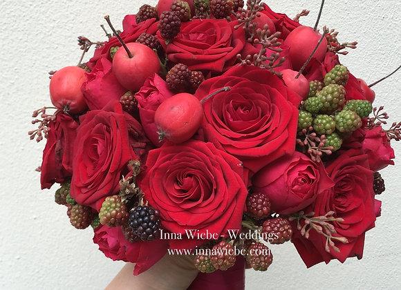 Brautstrauß aus Rosen und Beeren