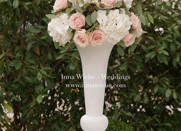 Blumenkugel auf Pokalvase für Trauungszeremonie