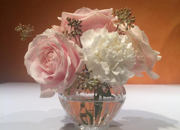Sträußchen aus Rosen, Nelken und Eukalyptus