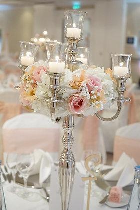 Kranz auf dem Kerzenständer in weiß, aprikot, rosa