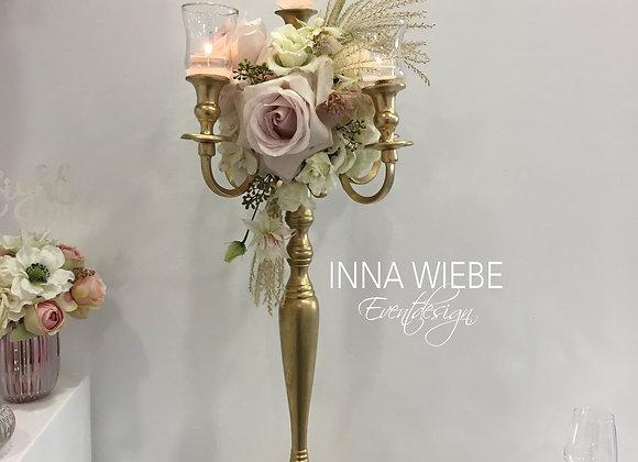Blumenkranz Vintage auf goldenem Kerzenständer