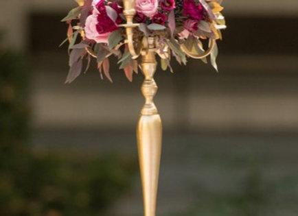 Blumenkranz auf goldenem Kerzenständer