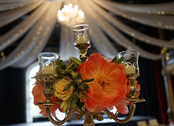 Gesteck auf dem Kerzenständer
