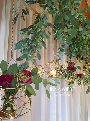 Hängendes Blumenarrangement