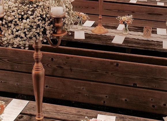 Blumenkranz auf Kerzenständer aus Schleierkraut