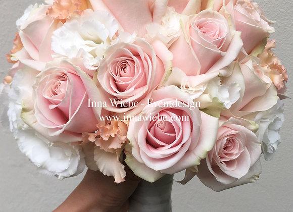 Brautstrauß aus Hortensien, Rosen und Lisianthus
