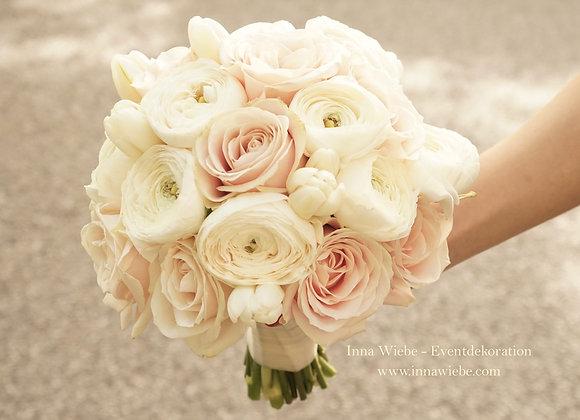Brautstrauß aus Rosen, Ranunkeln und Tulpen