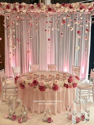 Brautpaartisch rund mit Blütenhimmel