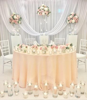 einfacher Brautpaartisch mit passendem Hintergrund