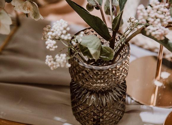 Blumen in kleine Vasen