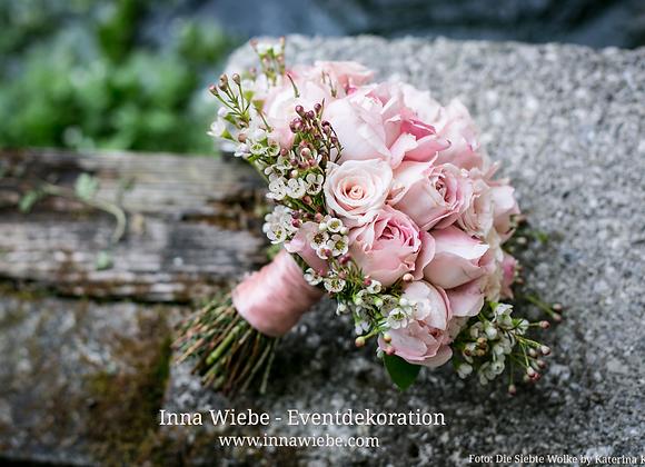 Brautstrauß aus Rosen, Pfingstrosen und Waxflower