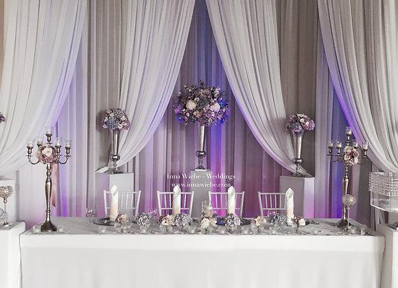 Brautpaartisch mit doppeltem Hintergrund
