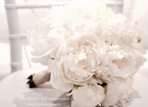 Brautstrauß aus weißen Pfingstrosen