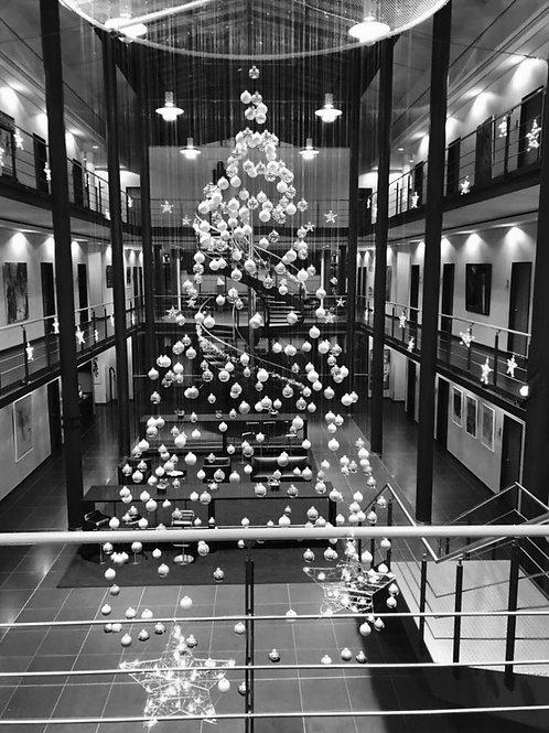 hängender Tannenbaum aus Weihnachtskugeln