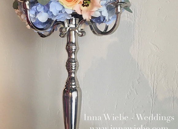 Kranz aus Blumen auf dem Kerzenständer
