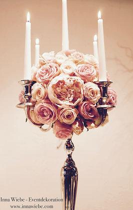 Kugel auf dem Kerzenständer aus Rosen