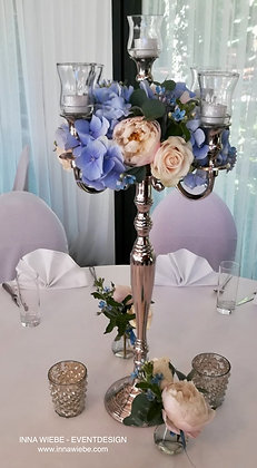 Blumenkranz auf dem Kerzenständer