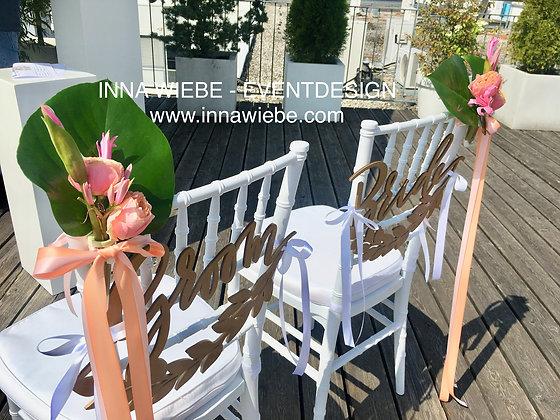 Blumensträußchen mit Deko am Stuhl