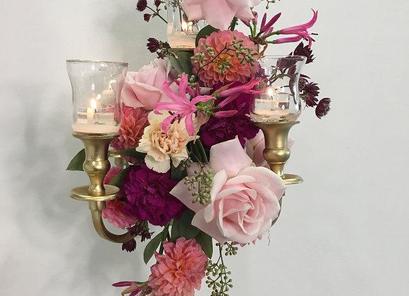 Blumengesteck auf goldenem Kerzenständer