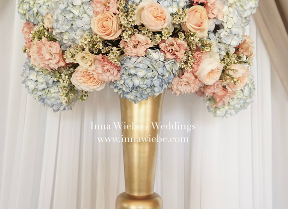 Große Blumenkugel auf Pokalvase