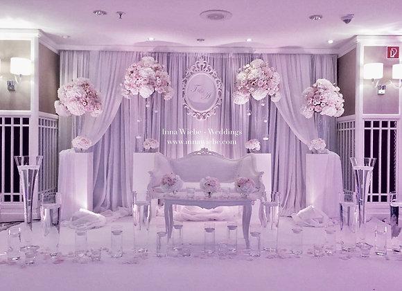 Brautpaartisch mit Barockcouch und Moltonboden