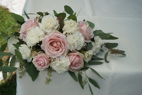 kleines Gesteck aus Rosen, Nelken und Eukalyptus