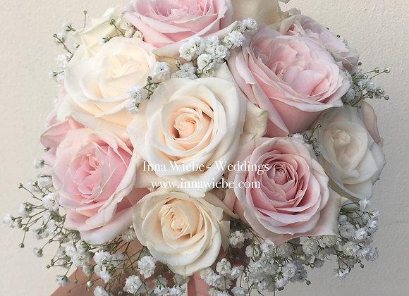 Brautstrauß aus Rosen und Schleierkraut