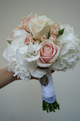 Brautstrauß aus Hortensien, Rosen und Strauchrosen