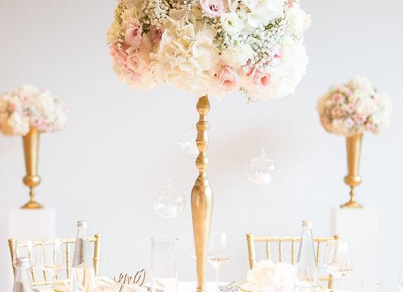 Blumenkugel auf goldenem Ständer