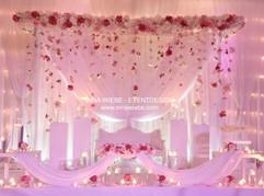 Brautpaartisch mit passendem Hintergrund