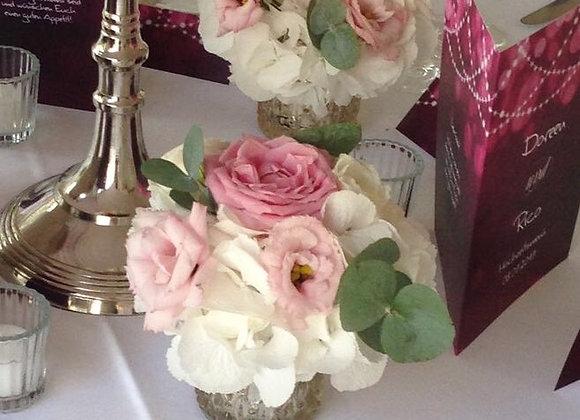 Blumen durch Eukalyptus aufgelockert