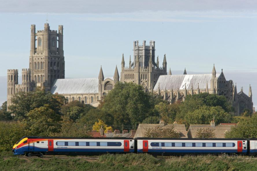 Tren afuera de la Catedral de Ely en Cambridgeshire, Inglaterra © RDG