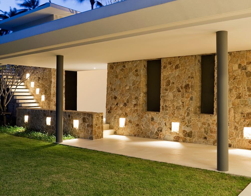 Revestimientos en piedra irregular: una pared exterior