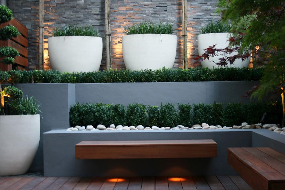 Trucos para decorar un jardín pequeño: coloca bancos