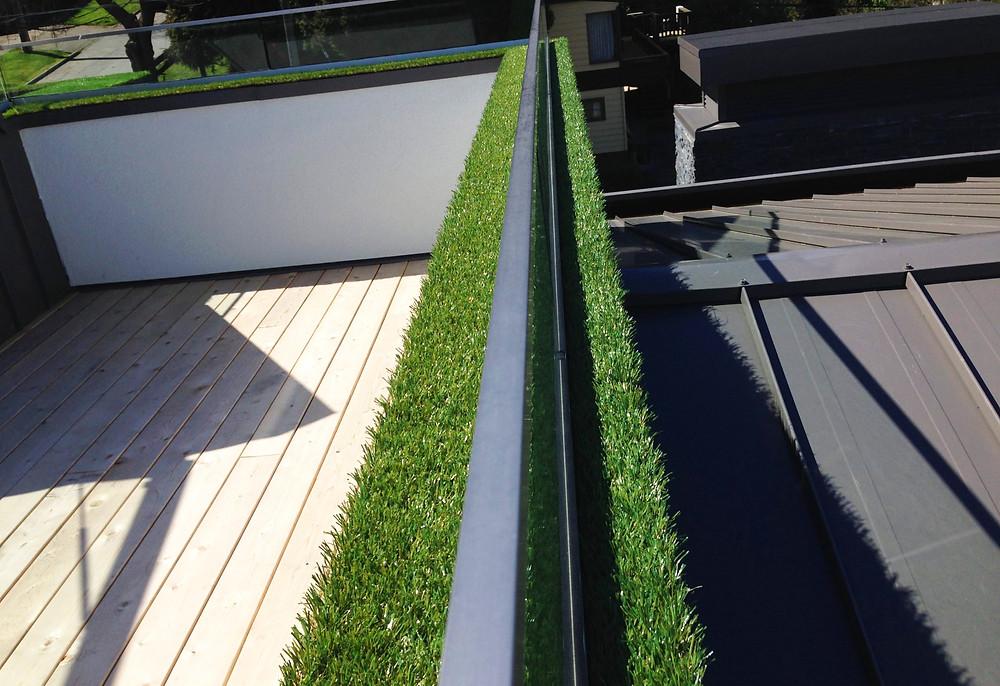 Césped artificial en el alféizar de la terraza