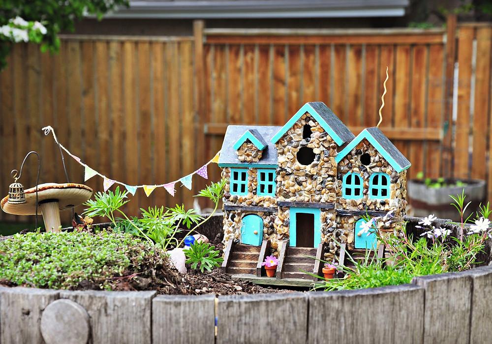 Mini jardines de cuento: un pueblo en un cubo de madera