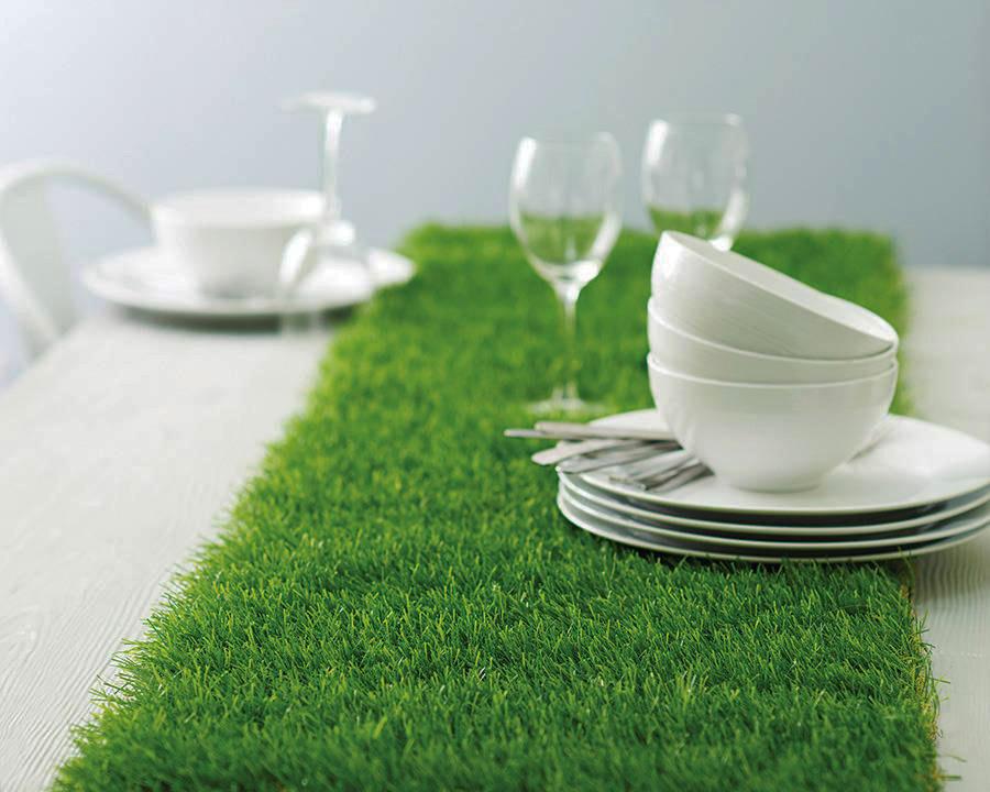 Un camino de mesa en césped artificial