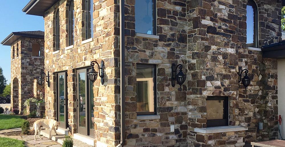 Revestimientos en piedra irregular: fachada completa