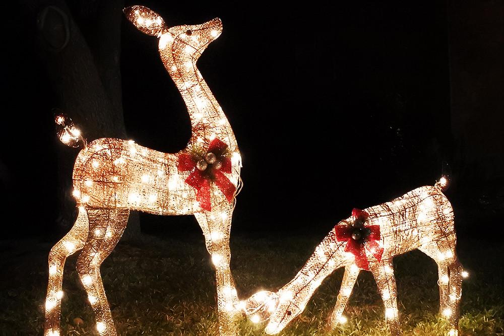Decorar un jardín en Navidad con renos iluminados