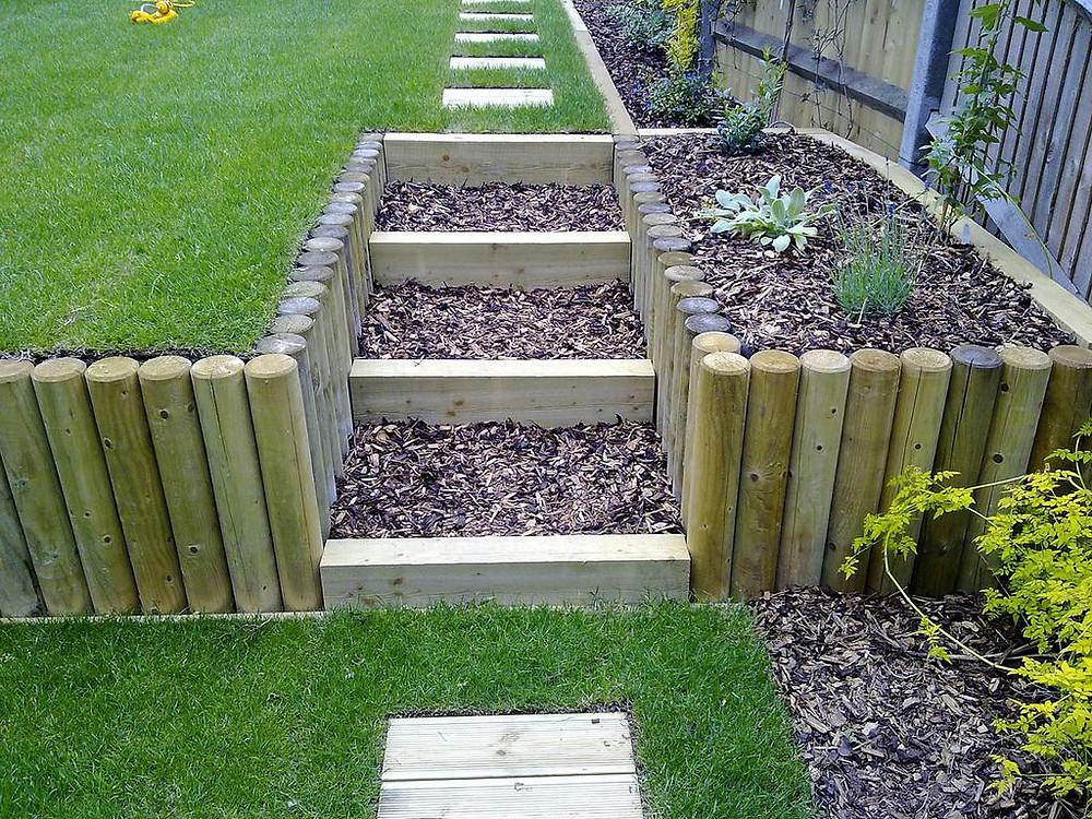 decorar un jardín en pendiente