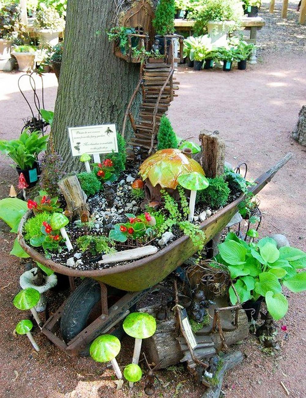 Mini jardines de cuento: un jardín en una carretilla