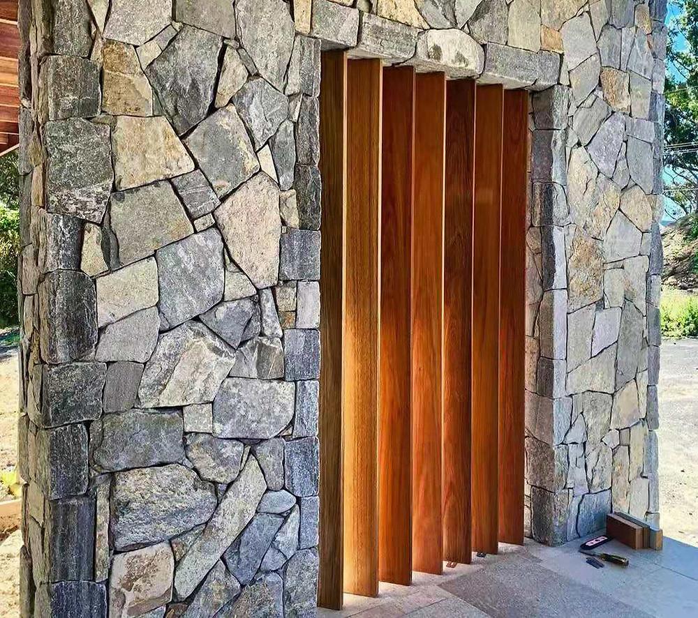 Revestimientos en piedra irregular: una parte del porche