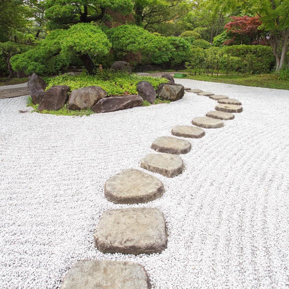 Camino de piedras en el jardín