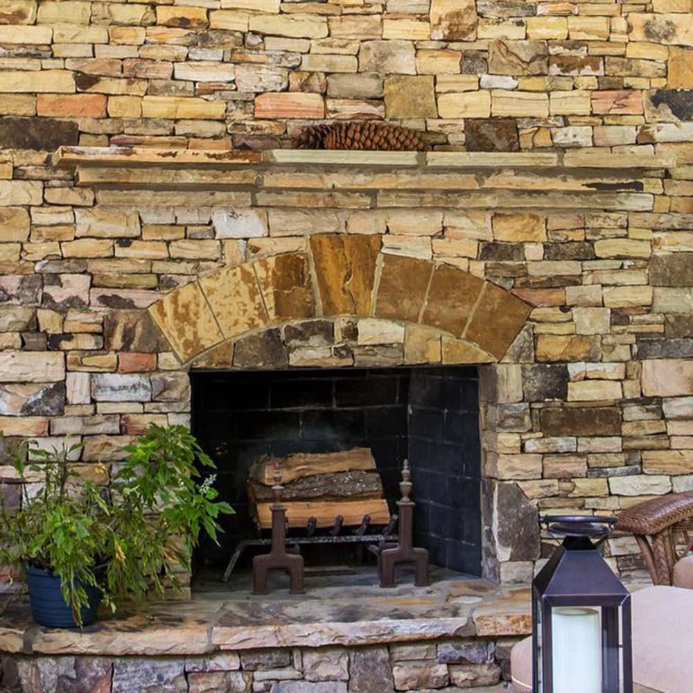 Chimenea revestida de paneles premontados de piedra natural en taco grueso