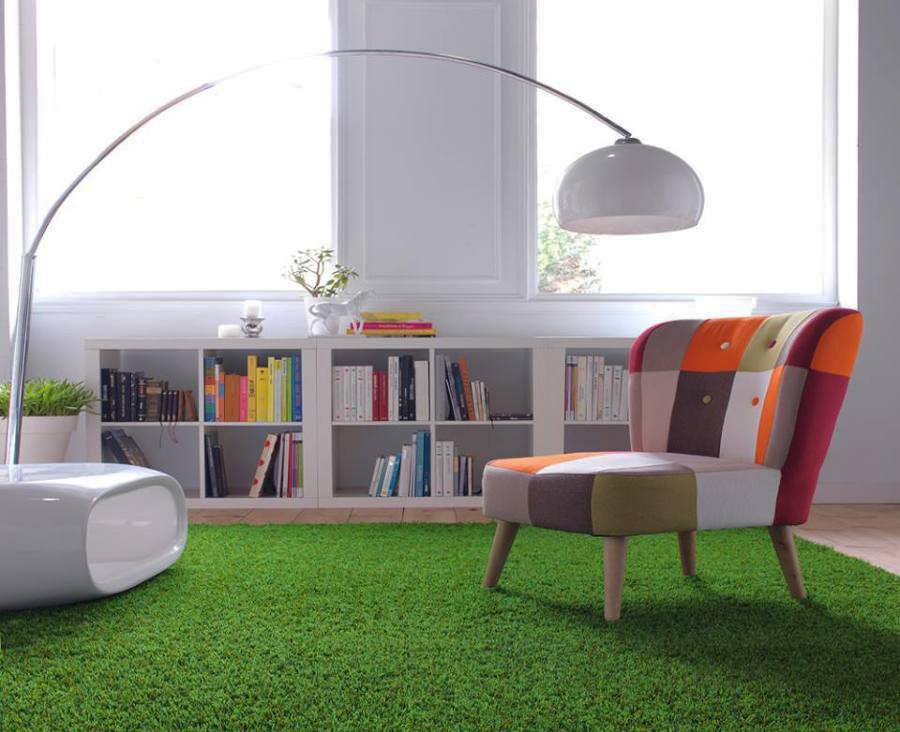 Biblioteca o espacio de juegos con césped artificial