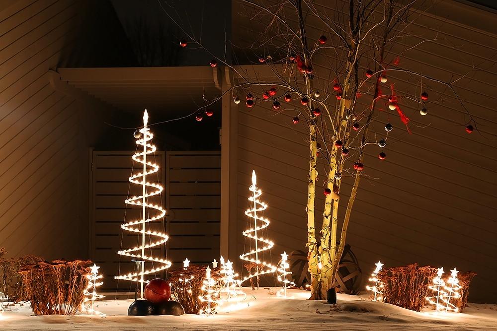 Decorar un jardín en Navidad con árboles de Navidad
