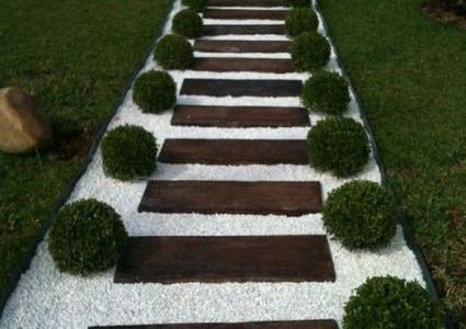 camino de piedras madera y plantas artificiales jardin
