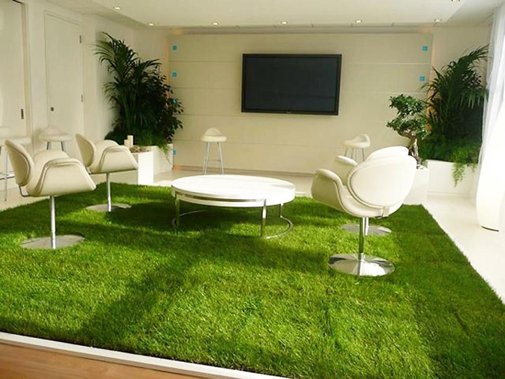 Una sala de reuniones con césped artificial