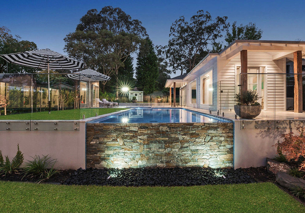 Paneles premontados de piedra natural en la piscina